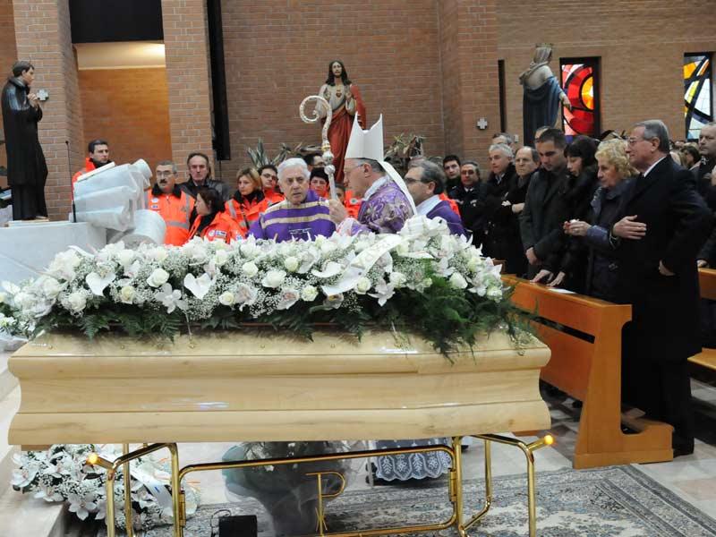 In migliaia hanno partecipato ai funerali di Giuseppe Di Salvatore